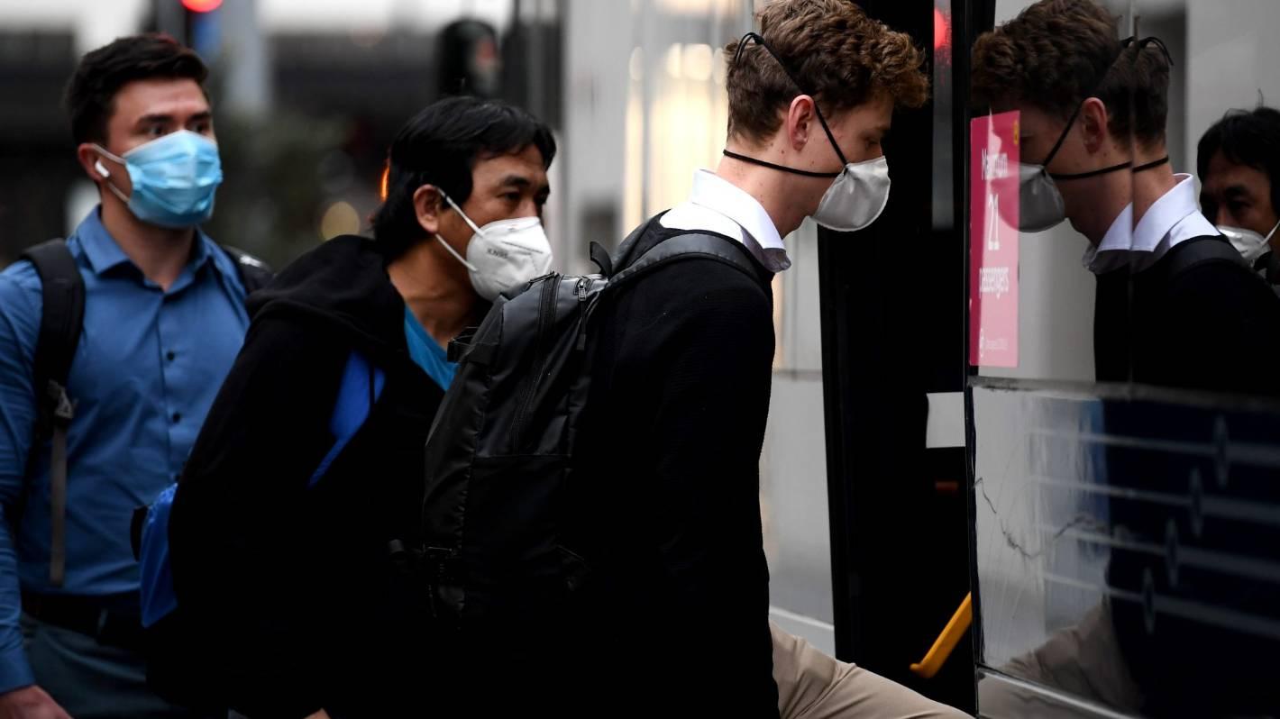 Covid-19: Maski w transporcie publicznym mają pozostać w Aotearoa, ponieważ Stany Zjednoczone łagodzą zasady
