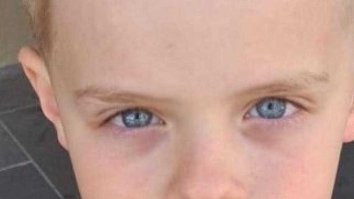 Namiętne powitanie po tym, jak ośmiolatek tonie w obozie szkolnym Port Ferry w Wiktorii