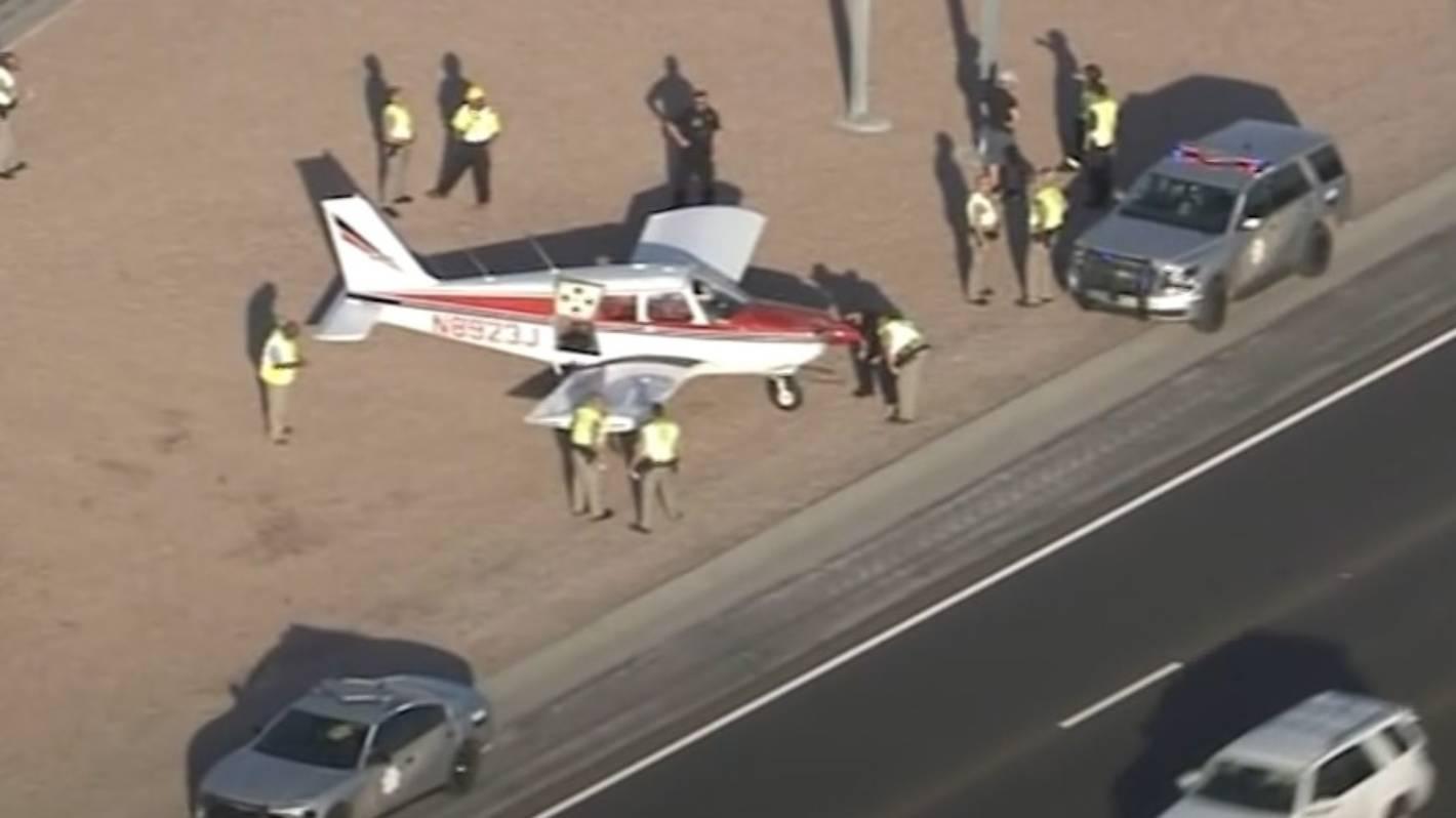 Samolotowi zabrakło paliwa i został zmuszony do wylądowania na ruchliwej autostradzie w Stanach Zjednoczonych