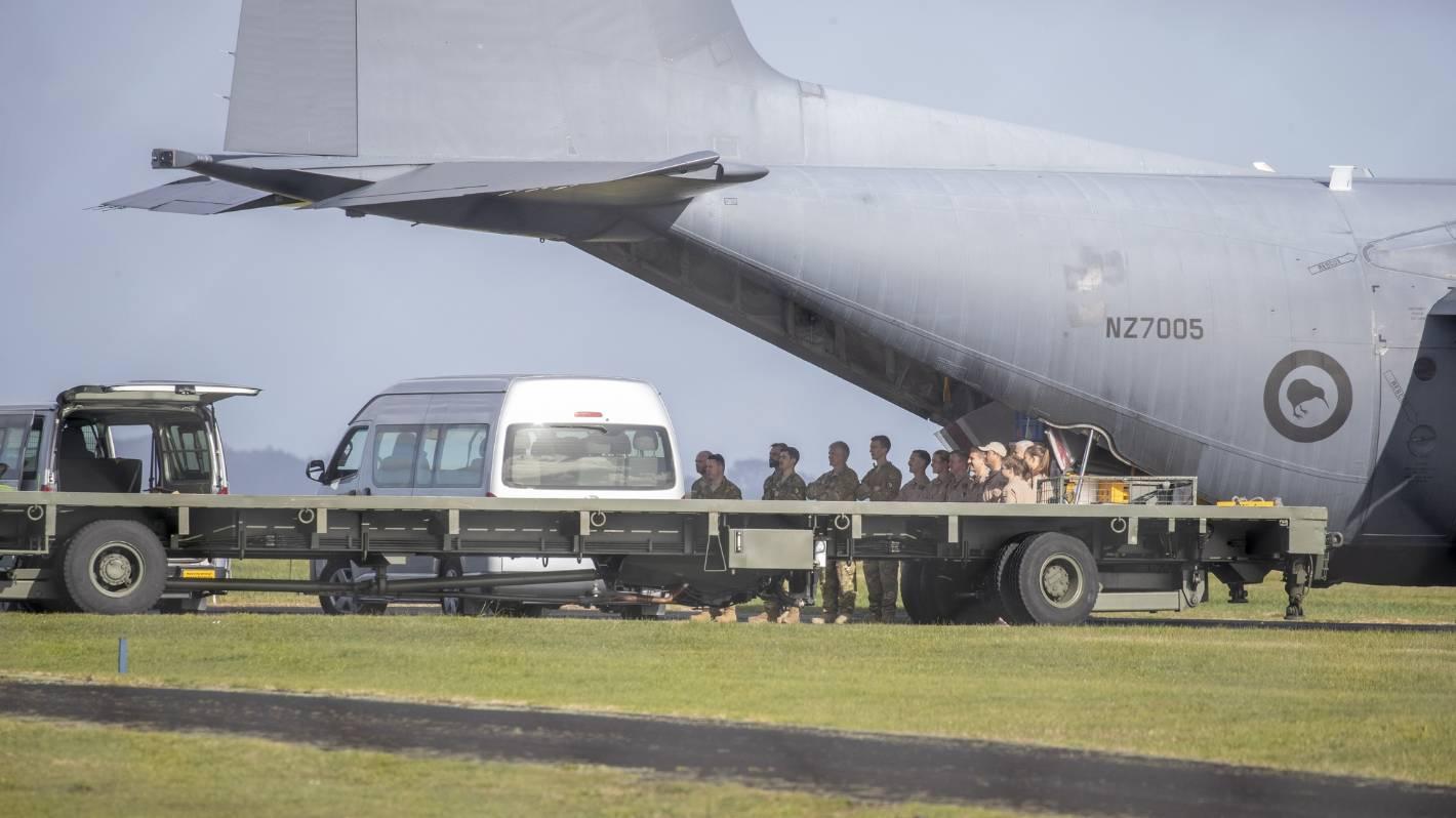 """Siły obronne rozmieszczają się, gdy Nowozelandczycy i ich afgańscy sojusznicy """"walczą"""" o dotarcie do lotniska w Kabulu"""
