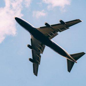 """Mężczyzna w parku """"rozpryskiwał"""" ścieki z przelatującego samolotu w Wielkiej Brytanii"""